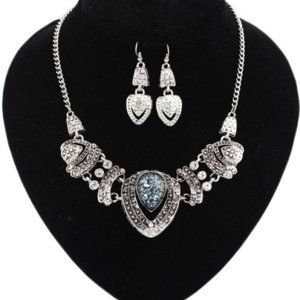 NEW WOMENS NECKLACE AND EARRINGS SILVER